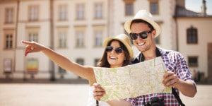 Foto di turisti che consultano una cartina
