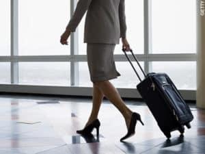 Foto di una signora che trascina un trolley
