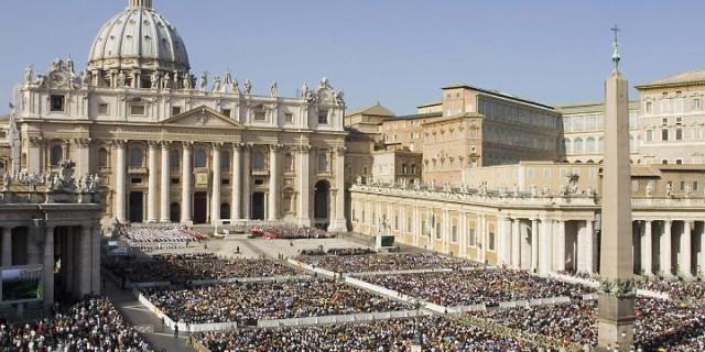 Piazza San Pietro gremita di fedeli