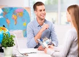 Foto di un agente di viaggio che parla con cliente
