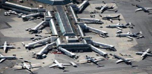 Visione dall'alto di alcuni aeroplani posteggiati sulla pista