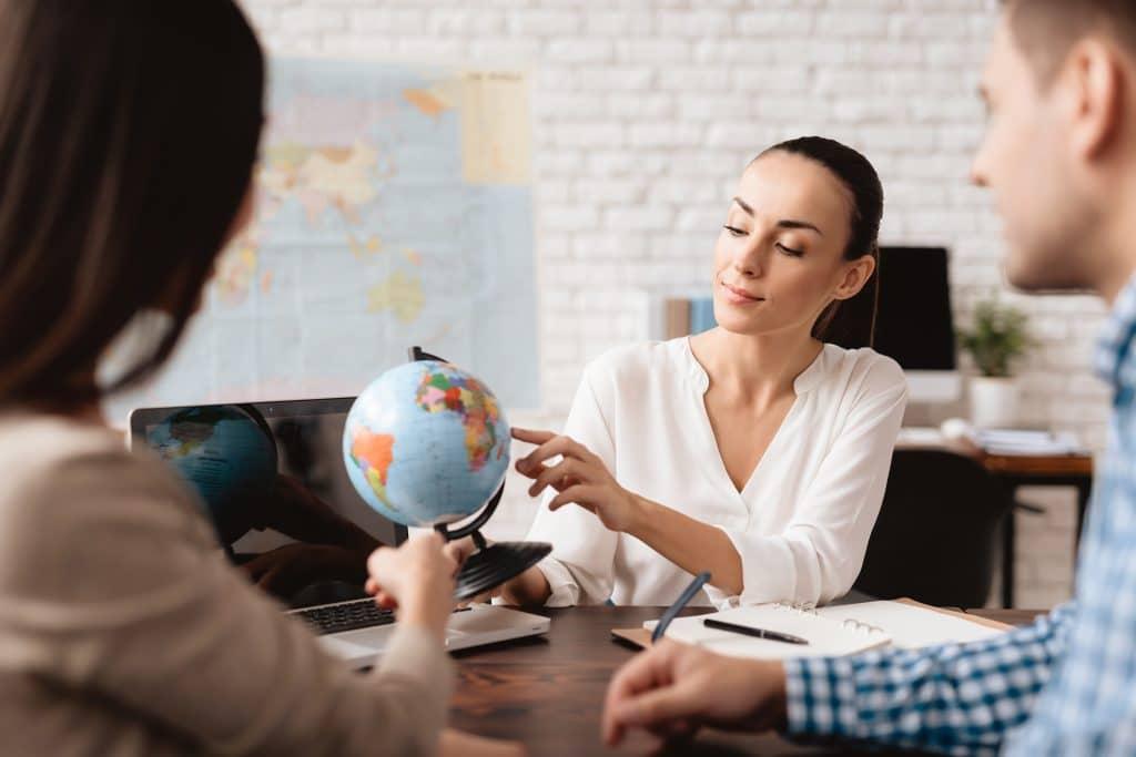 Agente di viaggio al lavoro con clienti